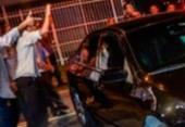 Taxistas são suspeitos de quebrar carro de motorista de aplicativo em Porto Seguro | Foto: Reprodução | Blog Tom Ribeiro