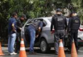 Policiais fazem perícia em carro de turista encontrado morto na Graça | Foto: