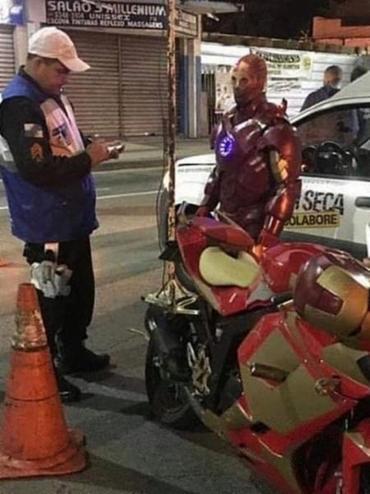Motociclista estava vestindo a armadura vermelha e dourada do super-herói e com o veículo das mesmas cores - Foto: Reprodução l Facebook