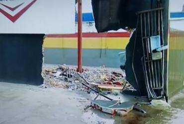 Uma pessoa fica ferida após carro invadir oficina   Reprodução I TV Bahia