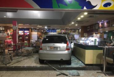 Carro invade loja de conveniência e deixa um ferido na avenida Garibaldi | Cidadão Repórter | Via WhatsApp