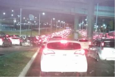 Carro pega fogo e deixa trânsito congestionado na Paralela   Reprodução   via Whatsapp
