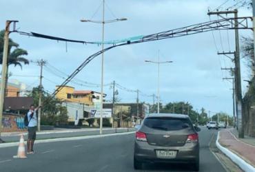 Placa de sinalização se solta na avenida Pinto de Aguiar   Roberto Aguiar I Ag. A TARDE
