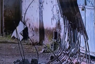 Ônibus de pequeno porte colide em poste em Águas Claras   Reprodução   TV Record