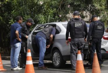 Policiais fazem perícia em carro de turista encontrado morto na Graça |