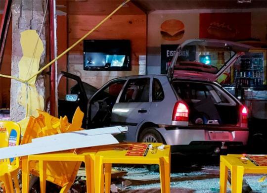 Carro desgovernado invade pizzaria, mata mulher e fere quatro em Barreiras | Edivaldo Braga | Blogbraga