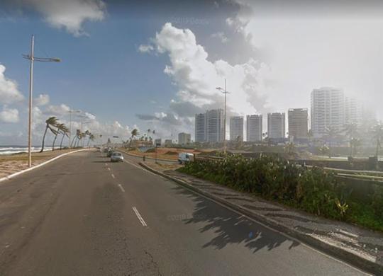 Moto colide contra poste e deixa um morto e um ferido na orla da capital   Reprodução l Google Maps