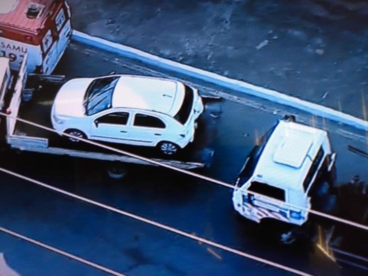 Veículo foi removido por um guincho da Transalvador - Foto: Reprodução | Record TV