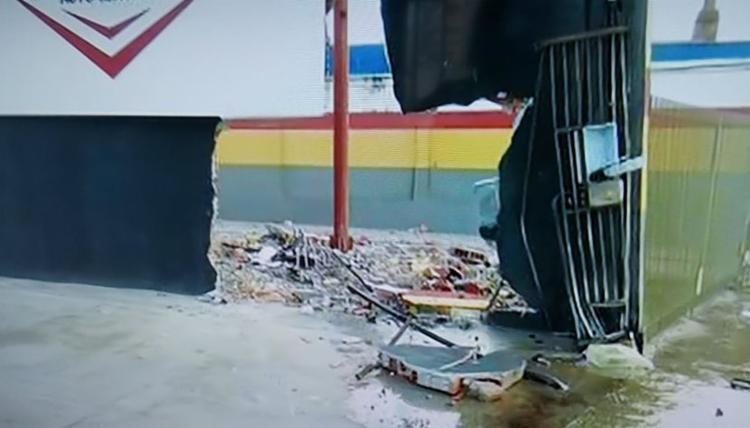 O impacto abriu um buraco na parede - Foto: Reprodução I TV Bahia