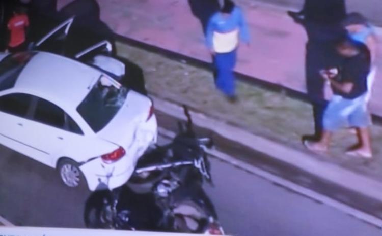 Mulher ficou ferida após colisão entre carro e moto - Foto: Reprodução | TV Record