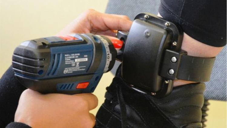 O equipamento informa a localização do agressor que está proibido de se aproximar da vítima - Foto: Reprodução
