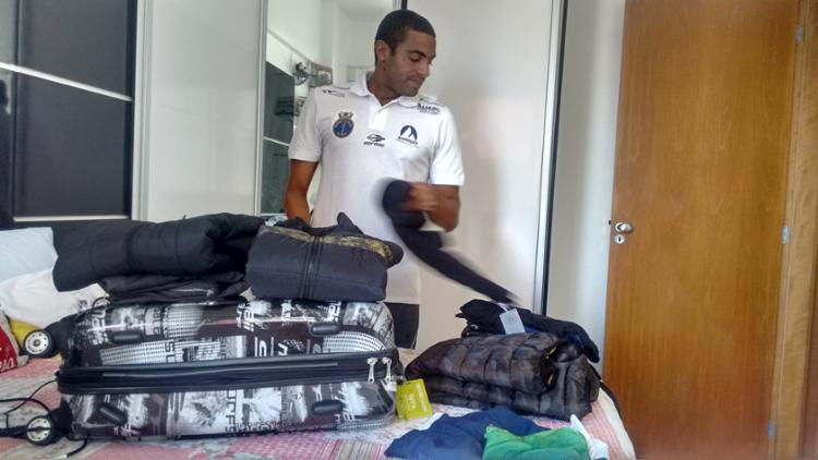 Allan embarcou no dia 2 de setembro para a etapa do Circuito Mundial e de lá já veio direto para o Rio - Foto: Aurélio Lima   Ag. A TARDE