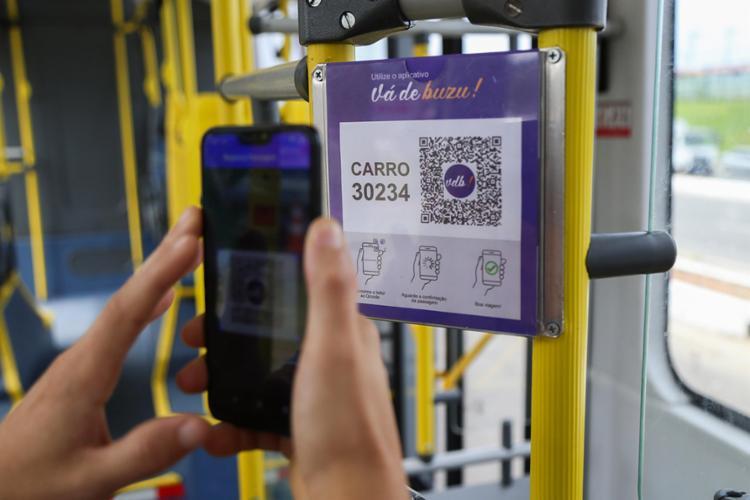 Para utilizar o app, basta o verificar o QR-Code, passar no validador do veículo para a abertura da catraca - Foto: Bruno Concha | Secom