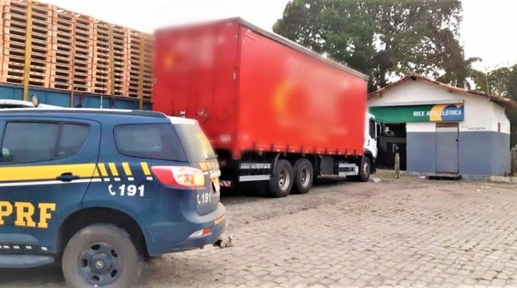 O motorista do veículo foi encontrado com mãos amarradas - Foto: Divulgação | PRF