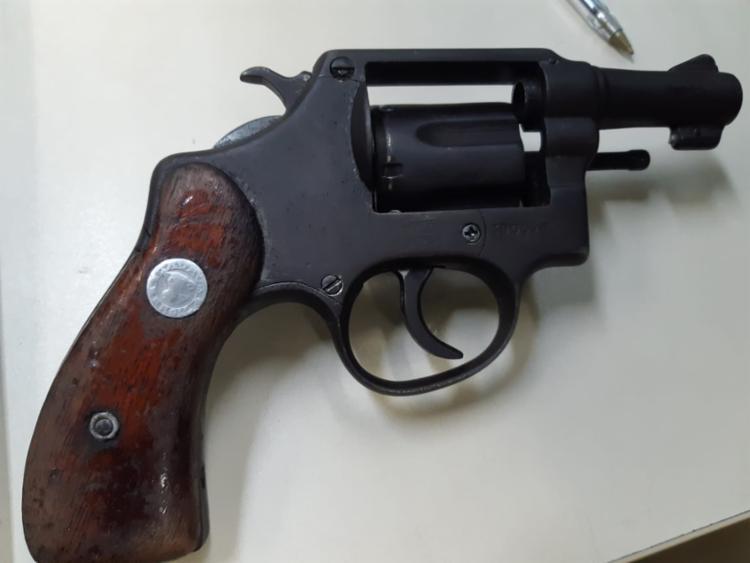 Com Vanderlei, o PMs apreenderam um revólver calibre 38 - Foto: Divulgação | SSP