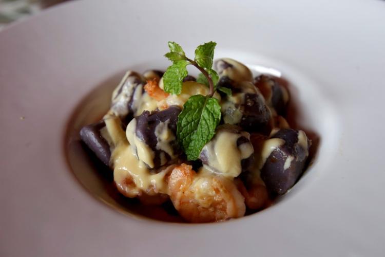 O camarão com nhoque trufado e molho de amêndoas é um dos destaques do cardápio do chef Rui Carneiro