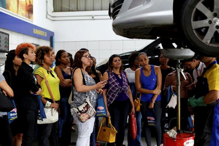 Curso de mecânica básica reuniu mulheres de várias idades e profissões no Home Center Ferreira Costa, em Salvador - Foto: Adilton Venegeroles | Ag. A TARDE