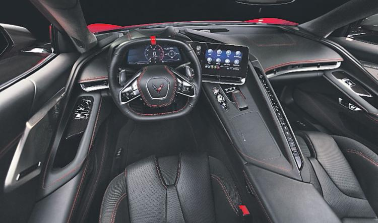 No interior, novo cockpit na cor preta e detalhes em vermelho