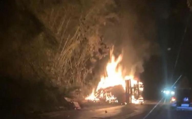 O caminhão ficou em chamas e as causas do acidente serão investigadas - Foto: Reprodução