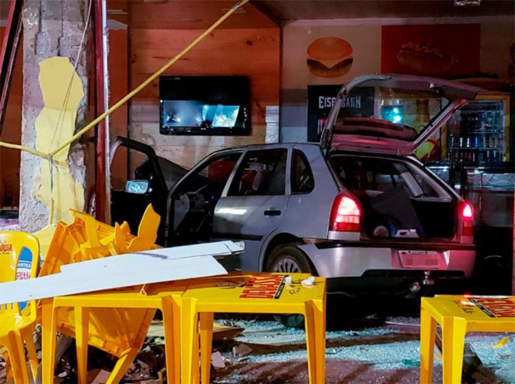 A motorista teria perdido o controle da direção antes de colidir no estabelecimento - Foto: Edivaldo Braga | Blogbraga
