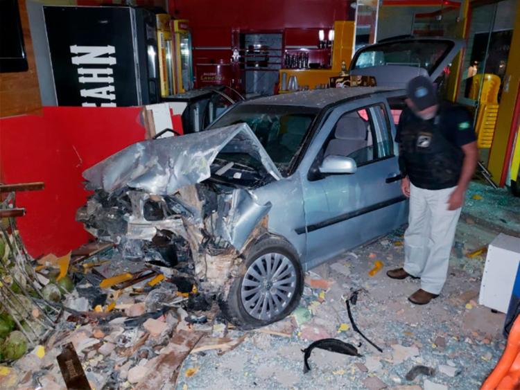 Fachada da pizzaria, partes do interior e a frente do veículo ficaram completamente destruídos