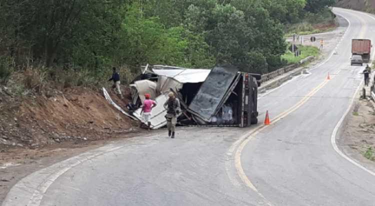 Caminhão capotou quando trafegava pelo KM-750 - Foto: Reprodução I Radar 64