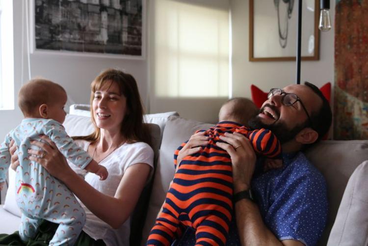 O casal Eduardo e Maria Lopes, pais de Cecília e Martin, beneficiou-se da licença paternidade de quatro meses - Foto: Rovena Rosa | Agência Brasil