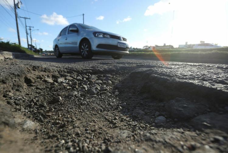 Veículos transitam aos solavancos nos trechos danificados - Foto: Uendel Galter | Ag. A TARDE
