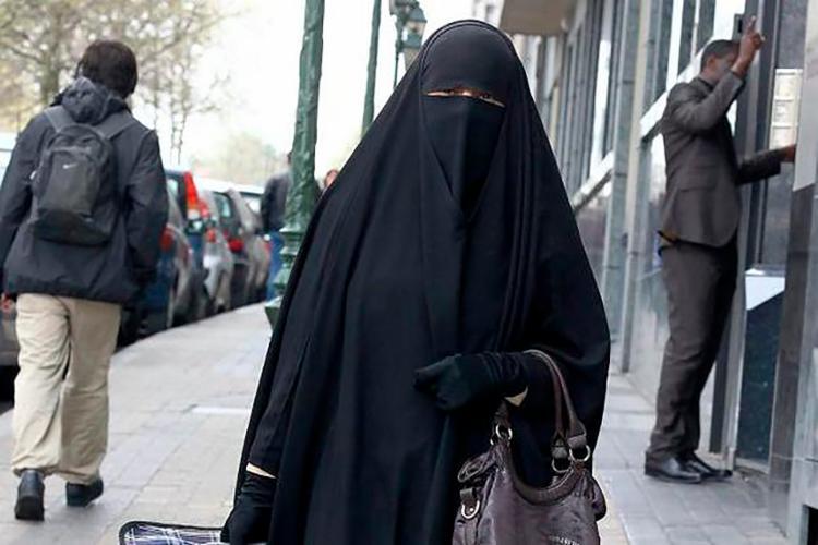 Lei proíbe o uso de peças de vestuário que 'cubram o rosto' em locais públicos - Foto: Reprodução   El Diario