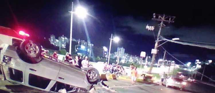 Com o impacto, veículo capotou e derramou óleo na via - Foto: Reprodução I TV Bahia