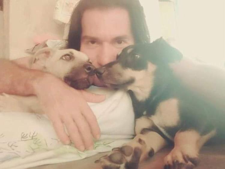 Jucimário com seus dois cachorros - Foto: Arquivo Pessoal