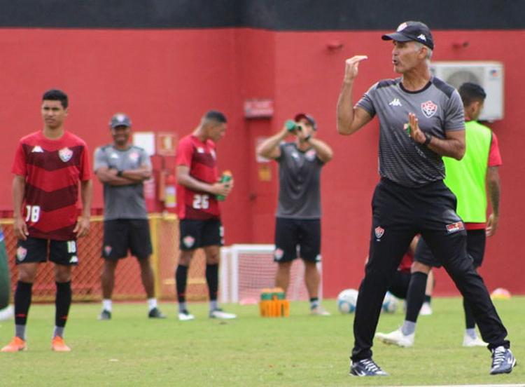 O técnico Carlos Amadeu faz sua estreia no comando do Rubro-Negro neste sábado, 10 - Foto: Divulgação l EC Vitória