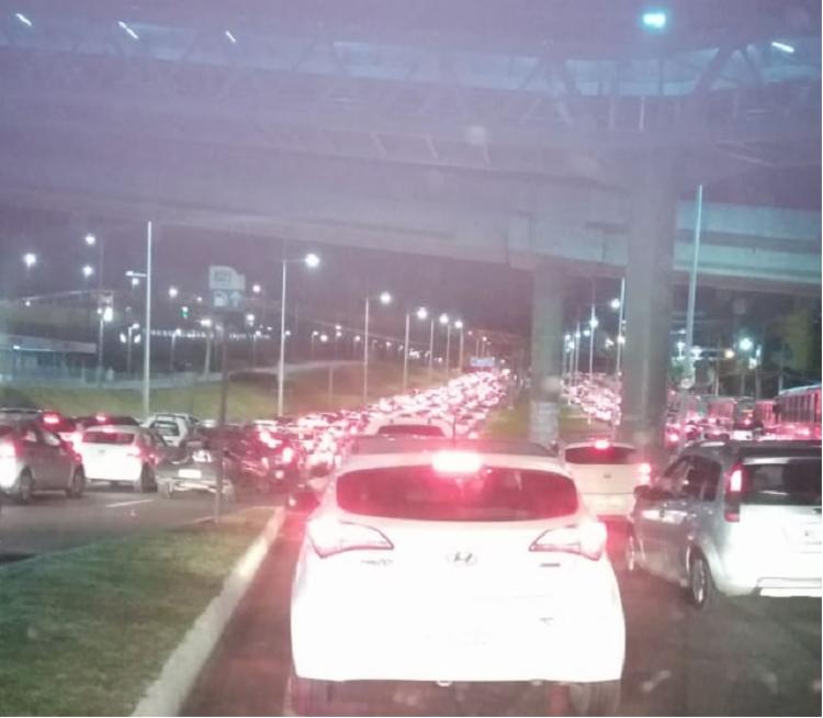 Transito na avenida Paralela ficou bastante congestionado - Foto: Reprodução   via Whatsapp