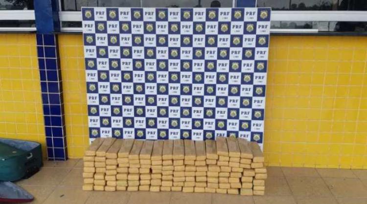 Ao todo, 115 tabletes contendo a substância foram encontrados em três malas - Foto: Divulgação   PRF