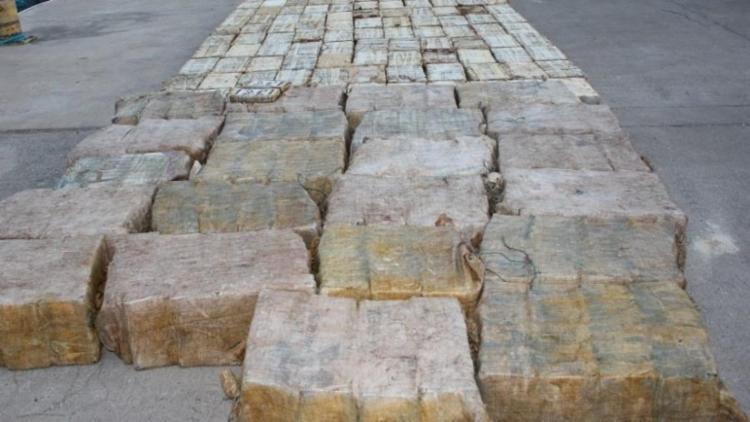 Foram apreendidas dezenas de blocos da droga envoltos em plásticos e sacolas - Foto: Divulgação I Polícia Judiciária de Cabo Verde