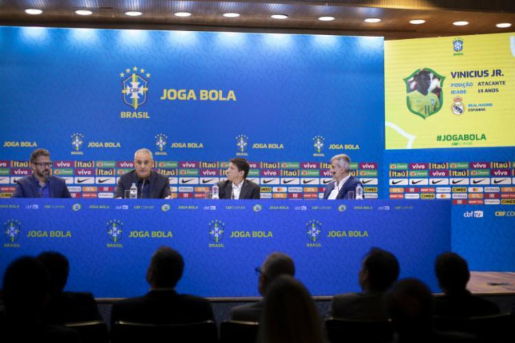 Ao lado de Juninho Paulista, Tite anunciou novidades na lista - Foto: Lucas Figueiredo | CBF