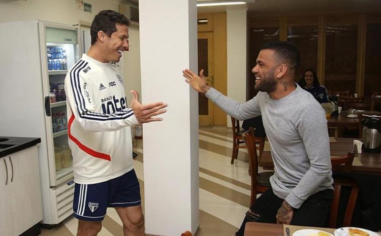 O São Paulo divulgou fotos do lateral cumprimentando os jogadores e comissão técnica - Foto: Rubens Chiri l saopaulofc.net