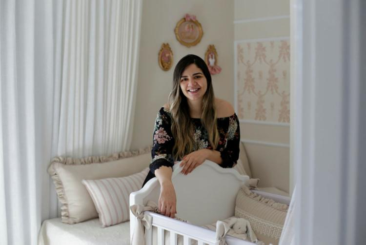 Grávida de cinco meses, Pollianna precisava de agilidade e contratou os serviços de Giovanna Magro para fazer o quarto do bebê - Foto: Raul Spinassé | Ag. A TARDE