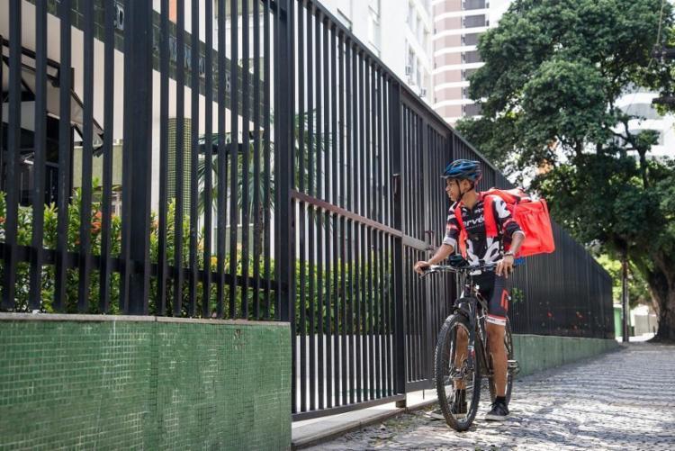 Jeferson Bacelar trabalhava com telemarketing; agora, o delivery é sua única fonte de renda - Foto: Matheus Buranelli / Divulgação