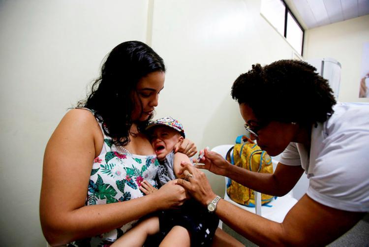 Crianças e adultos devem ser imunizados contra a doença - Foto: Felipe Iruatã | Ag. A TARDE