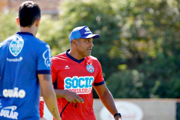 O técnico Roger Machado dividiu a atividade em duas partes - Foto: Felipe Oliveira | EC Bahia