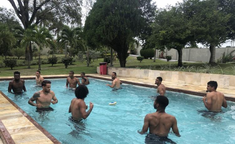 Os jogadores que começaram a partida contra o CRB fizeram uma sessão de hidroginástica - Foto: Divulgação | EC Vitória