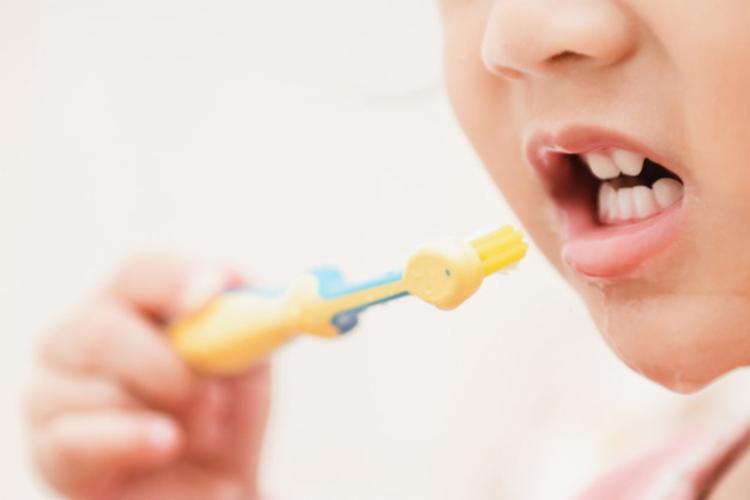 Uma das maneiras de evitar a erosão dentária é usar pastas dentais que sejam adequadas para o público infantil - Foto: Ilustrativa | Freepik