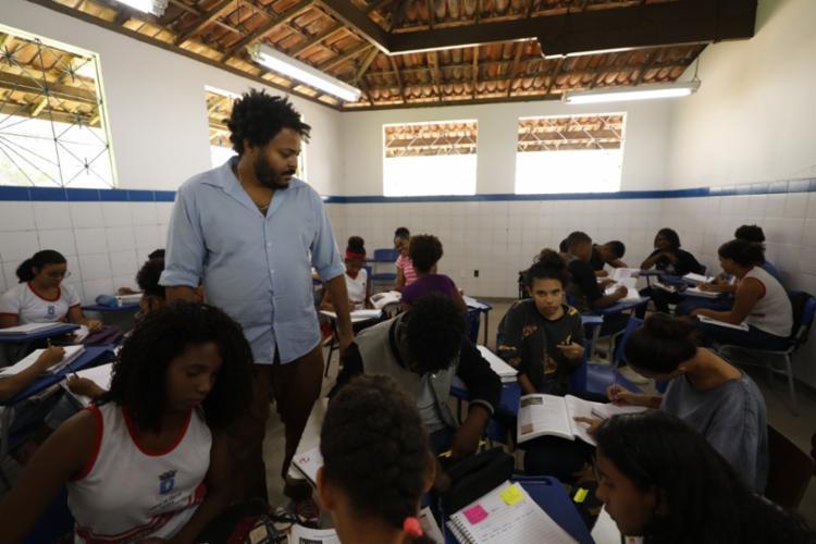 Hugo Santiago Mendes durante sua aula de história da Escola Municipal Vida Nova - Foto: Joá Souza | Ag. A TARDE