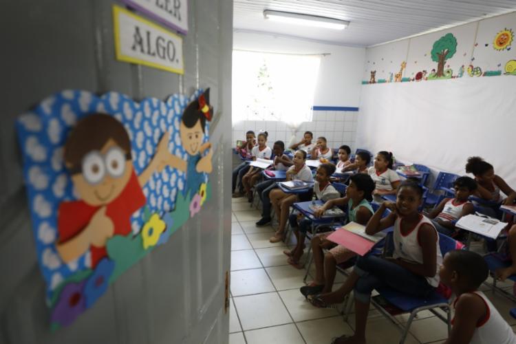 Alunos em sala na Escola Municipal Quingoma