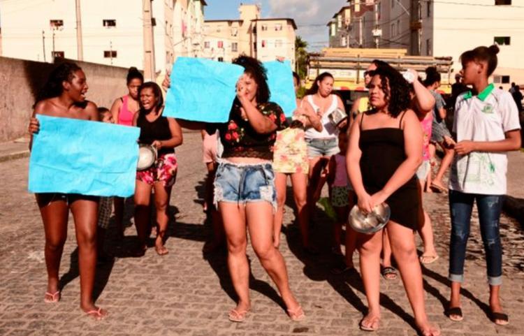 Com cartazes nas mãos, moradores pediram por justiça - Foto: Ed Santos | Acorda Cidade