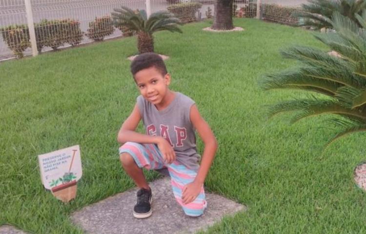 Garoto de 10 anos foi vítima de uma bala perdida na noite de domingo