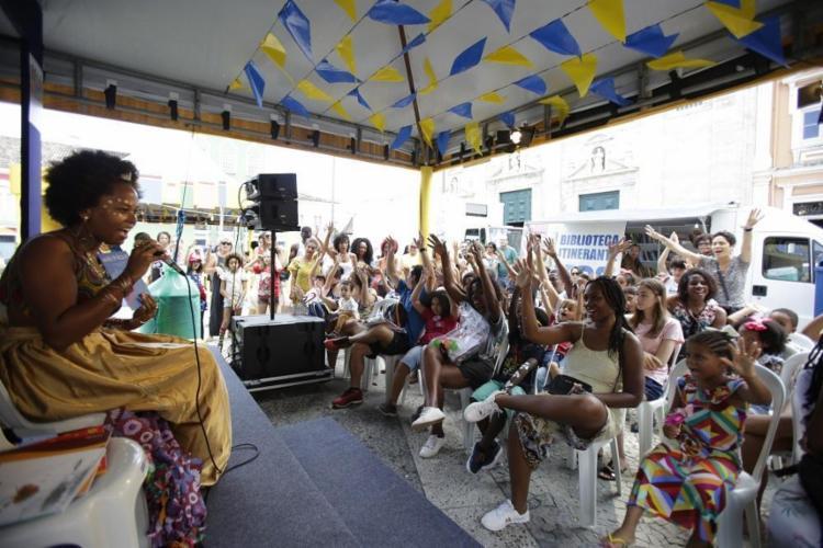 Contação de histórias com Helena Santos, durante a Flipelô, no Pelourinho - Foto: Felipe Iruatã / Ag. A Tarde