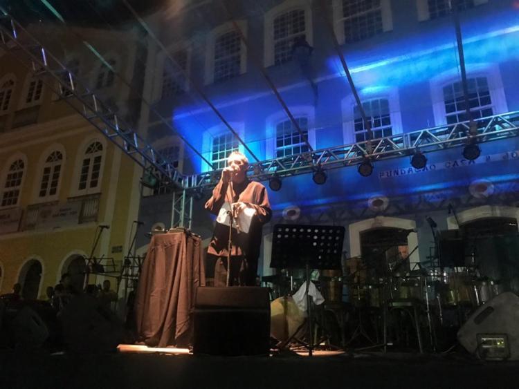 Ao finalizar a performance poética, o músico voltou ao palco para cantar uma música dos Tribalistas - Foto: Ashley Malia   Ag. A TARDE