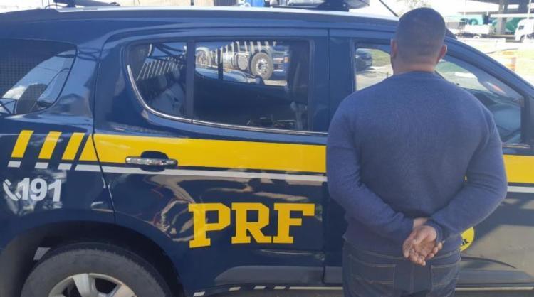 O homem de 33 anos tinha mandado de prisão em aberto por roubo qualificado - Foto: Divulgação | PRF